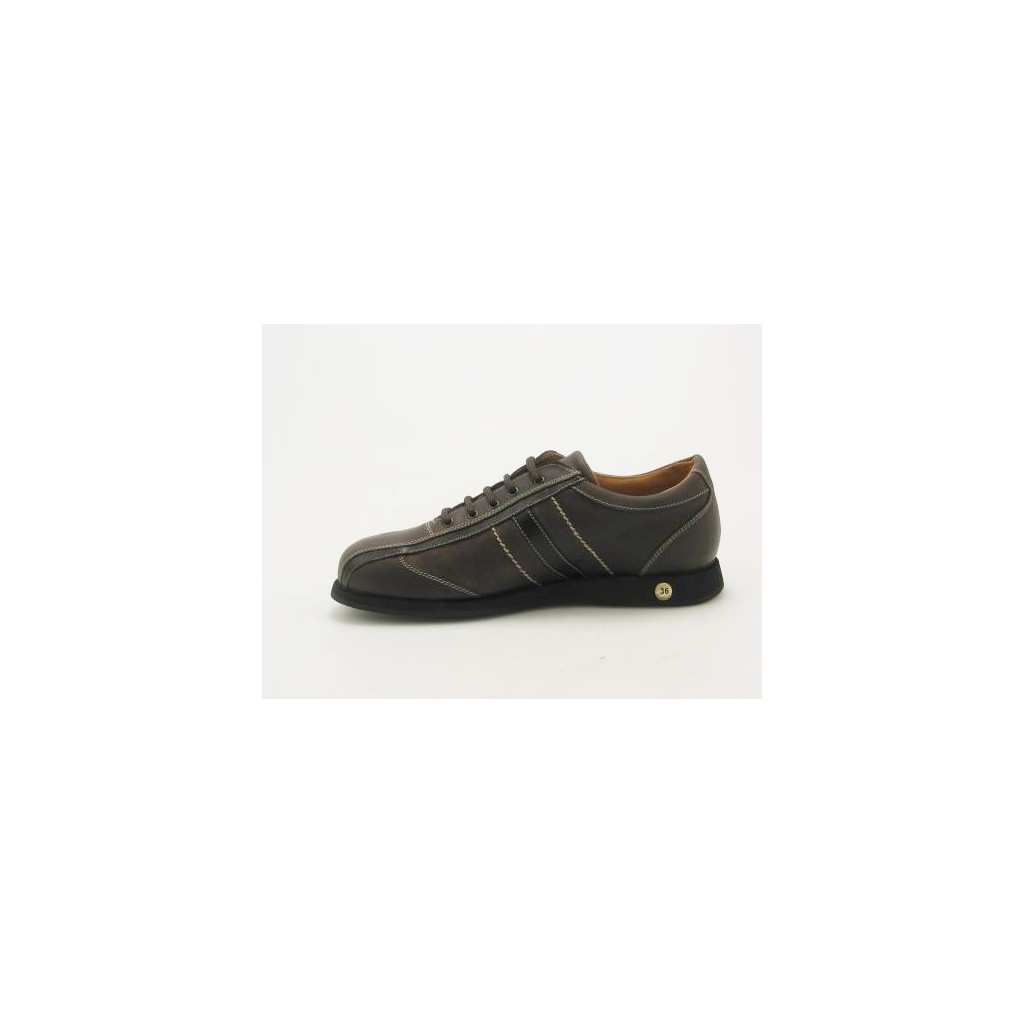 small or large sportshoe with laces in brown leather
