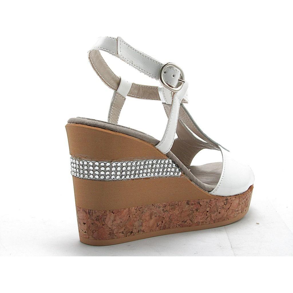 sandale mit kurken keilabsatz aus wei und silber lackleder. Black Bedroom Furniture Sets. Home Design Ideas