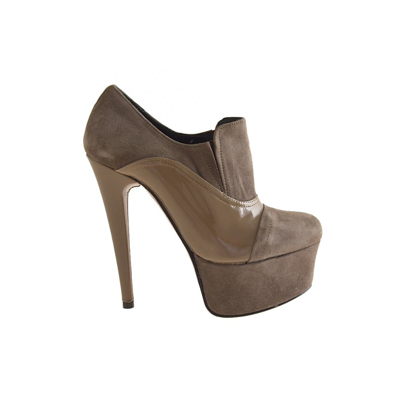 Highfronted shoe with platform and elastic bands in beige suede and patent leather heel 15 - Available sizes:  42