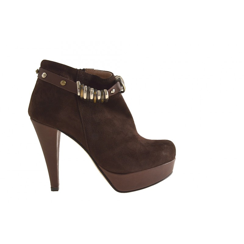 With platform ankle boot with zipper and studs in brown suede - Available sizes: 42