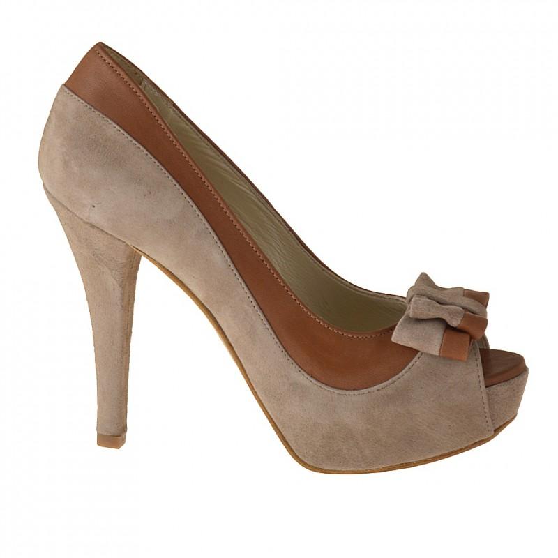 Scarpa aperta in punta con plateau e fiocco in camoscio sabbia e pelle color cuoio tacco 11 - Misure disponibili: 42