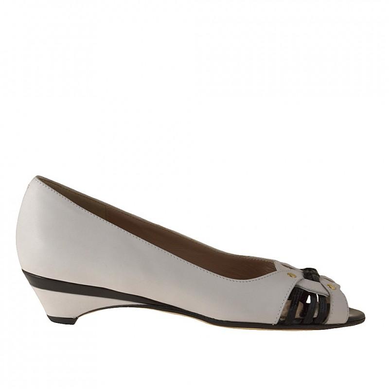 Chaussure ouverte avec goujons en cuir blanc et cuir verni noir talon 3 - Pointures disponibles:  31