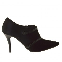 Scarpa da donna accollata con cinturino in camoscio e vernice colore nero tacco 9 - Misure disponibili: 42