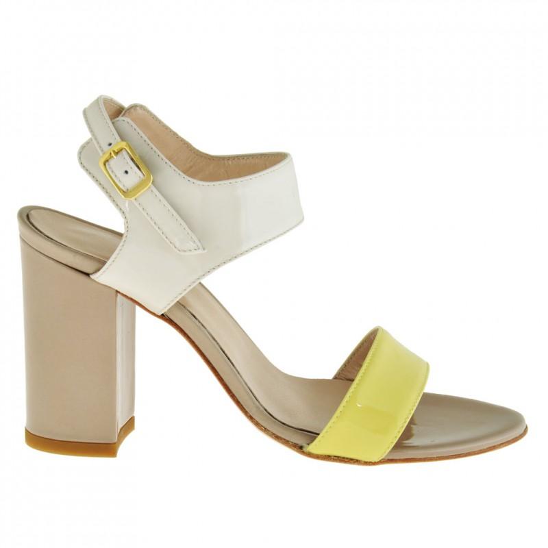 Femme sandale avec courroie a la cheville en cuir verni jaune, crème et beige foncé avec talon 8 - Pointures disponibles:  42