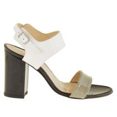 Sandalo da donna con cinturino alla caviglia in pelle verniciata colore grigio panna e nero tacco 8 - Misure disponibili: 42