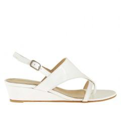 Sandalo da donna con zeppa e infradito in pelle verniciata bianco - Misure disponibili: 42