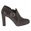 Chaussure avec plateforme, goujons et boucle en cuir gris talon 9