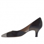 Woman's pump with side cut in black leather and silver lamé heel 5