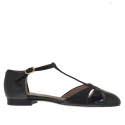 Woman's open shoe with t-strap in black leather and patent leather