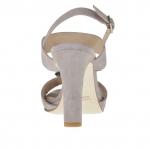 Sandale pour femmes avec courroie et applicacion en métal bronze à canon en daim gris talon 9 - Pointures disponibles:  42