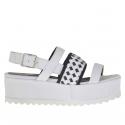 Sandale pour femmes avec trois bandes et courroie en cuir blanc avec elastiques noires croises talon compensé 5
