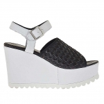 Woman's strap sandal with black elastic band in black and white leather wedge 9