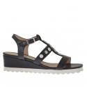 Sandale pour femmes avec boutons en cuir noir talon compensé 3