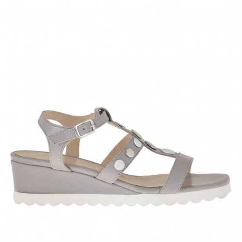Woman's sandal with buttons in dove grey leather wedge 3
