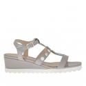 Sandale pour femmes avec boutons en cuir gris tourterelle talon compensé 3