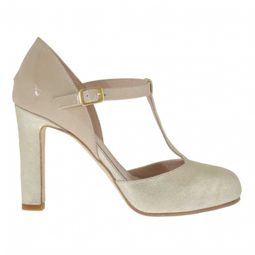 Woman's pump with sidecut and t-strap in beige platinum laminated leather and patent leather with inner wedge heel 9