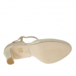 Escarpin ouvert pour femmes avec plateforme interieur et t-courroie en cuir lamé et cuir verni platine et beige talon 9 - Pointures disponibles:  43