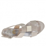 Woman's sandal in beige and platinum leather and beige suede wedge 3