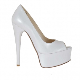 Woman's open shoe in pearly white leather with platform heel 15