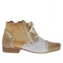 Chaussure pour femmes avec lacets et fermeture éclair en cuir brun clair, imprimé journal et perforé blanc