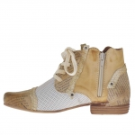 Chaussure pour femmes avec lacets et fermeture éclair en cuir brun clair, imprimé journal et perforé blanc  - Pointures disponibles:  42, 43