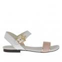 Sandale pour femmes avec courroie en cuir blanc, or et imprimé vipére rose