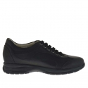 Men's sports shoe with laces in black leather and fabric