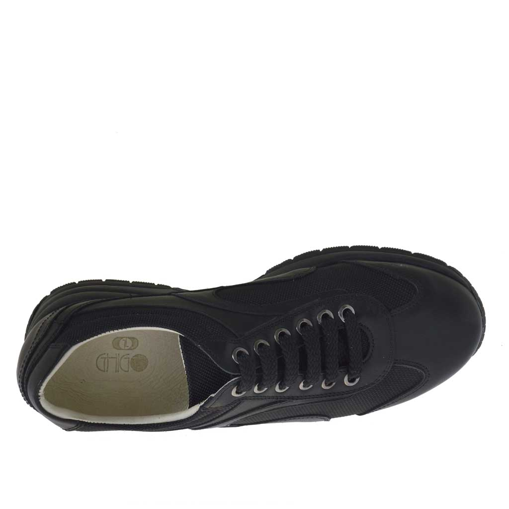 s sports shoe with laces in black leather and fabric