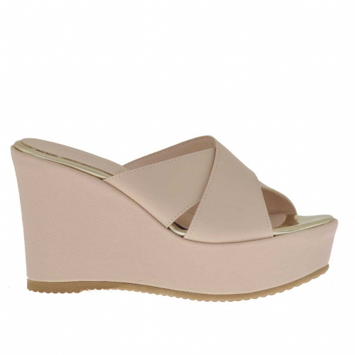 Woman's open mules in pink printed leather with crossed bands, platform and wedge 9