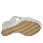Mule ouvert pour femmes en cuir blanc imprimé serpent avec plateforme et talon compensé 12 - Pointures disponibles:  42