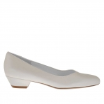 Woman's pump with V instep in pearled ivory leather heel 3