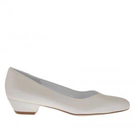 Zapato de salon para mujer con lengüeta a V en piel perlada de color marfil tacon 3 - Tallas disponibles:  33