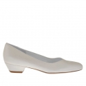 Escarpin pour femmes avec coup-de-pied en V en cuir ivoire perlé talon 3