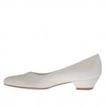 Escarpin pour femmes avec coup-de-pied en V en cuir ivoire perlé talon 3 - Pointures disponibles:  33