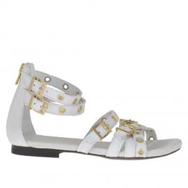 Scarpa aperta da donna con cinturini, cerniera, fibbie e borchie oro in pelle bianca - Misure disponibili: 32