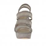 Sandalia para mujer con plataforma, 3 bandas y red en gamuza color barro tacon 12 - Tallas disponibles:  42