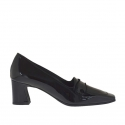 Woman's closed shoe in black patent leather heel 5