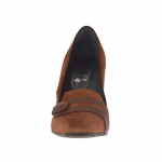 Closed woman's shoe with button in brown leather and suede heel 8