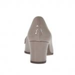 Woman's closed shoe in taupe patent leather heel 5