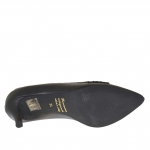 Woman's closed shoe in black leather and silver laminated leather heel 5