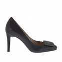 Woman's pump shoe in black leather with accessory in grey leather heel 9