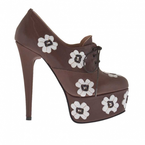 Woman's highfronted laced pump with platform in brown leather with white flowers heel 15 - Available sizes:  31, 32, 34, 42, 43
