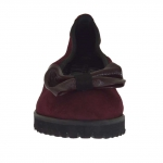 Woman's ballerina shoe in maroon suede with bow in maroon patent leather heel 2