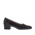 Woman's closed shoe in black printed patent leather heel 3