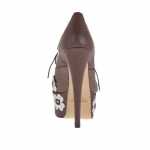 Woman's highfronted laced pump with platform in brown leather with white flowers heel 15