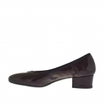 Woman's closed pump in maroon patent leather heel 3