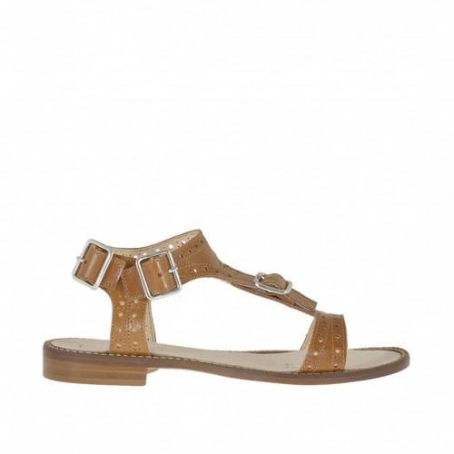 Sandalia para mujer con hebilla y cinturones en piel perforada de color cuero tacon 1 - Tallas disponibles:  42