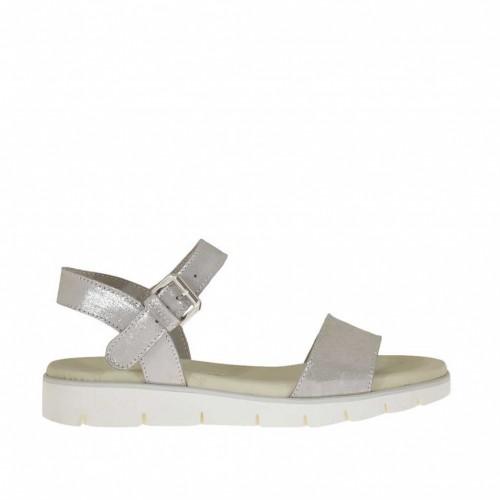 Sandale pour femmes avec courroie en daim couvert taupe lamé argent talon compensé 3 - Pointures disponibles:  32