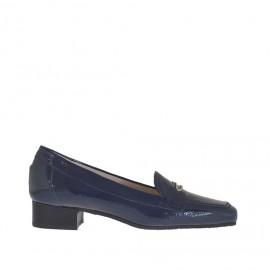 Mocassin pour femmes en cuir verni bleu avec accessoire métallique talon 3 - Pointures disponibles:  34, 46