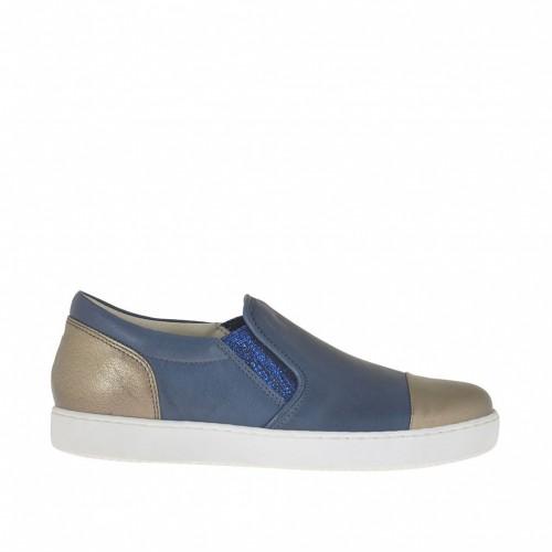 092581da243 Zapato para mujer con elasticos brillantes en piel azul de la aviacion y  laminada bronce cuña